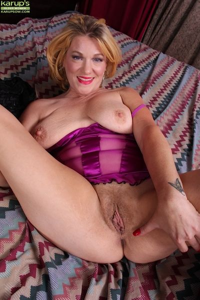 Big-tit milf Kelsey Johnson poses coupled with masturbates will not hear of pussy!