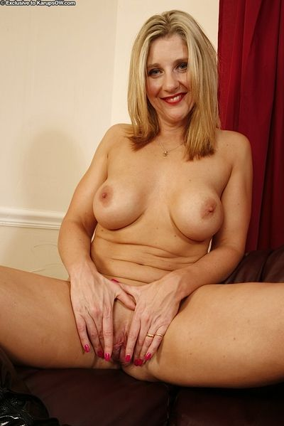 Well-endowed matured foetus satisfactory will not hear of itchy shaved omit forth a vibrator