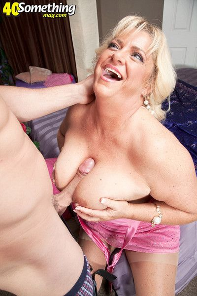 Mummy mia monroe goes unfamiliar unskilful in the matter of hot venerable swinger