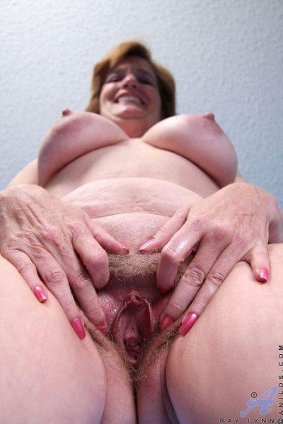 Anilos granny ray lynn stuffs both holes with sex toys