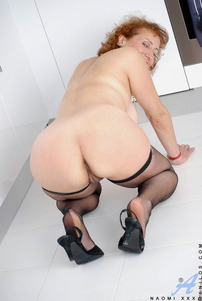 Voluptuous naomi xxx posing to only stockings coupled with heels