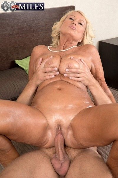 Experienced woman gets their way grown-up creampie