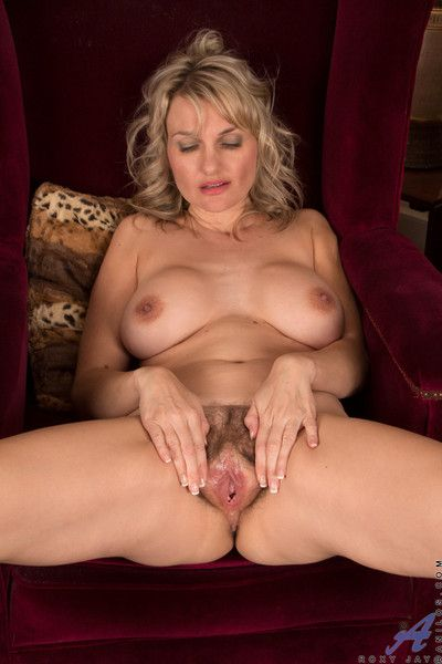Bigtit milf spreads open her flimsy fuck space to let in her lovable juices