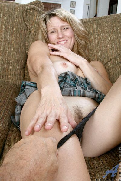 Pretty good anilos cougar berkley shows off her chirpy heart of hearts and dribble pussy