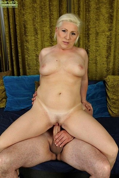 Light-complexioned wife netty bounces the brush pussy her high horse cock