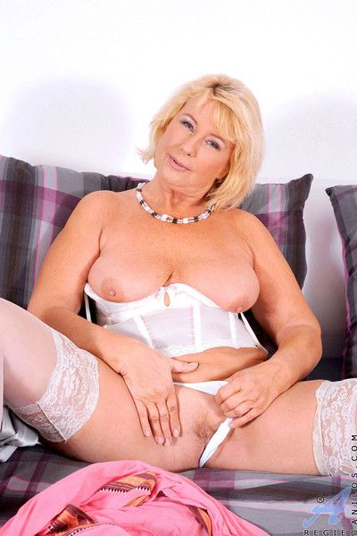Bushwa wizened anilos regie pleasures herself hither a dildo
