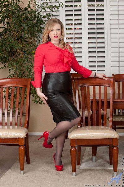 Vicky vixen posing relative to pantyhose