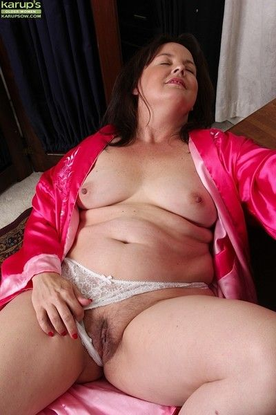 Housewife felicia mcdonald spreads her hairy pussy
