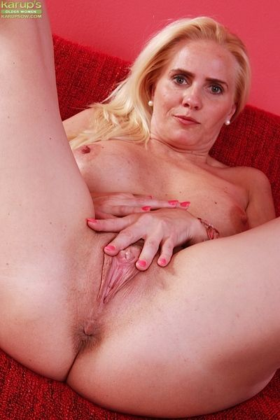 Mature blonde MILF Sevikova window-dressing unerring thong attired ass cheeks
