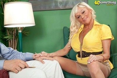 Mature divorcee farrah rose fucked near butthole