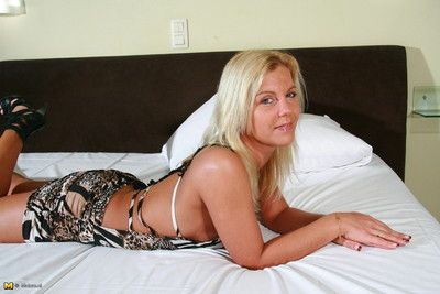 Hot blonde milf carrying-on up mortal physically