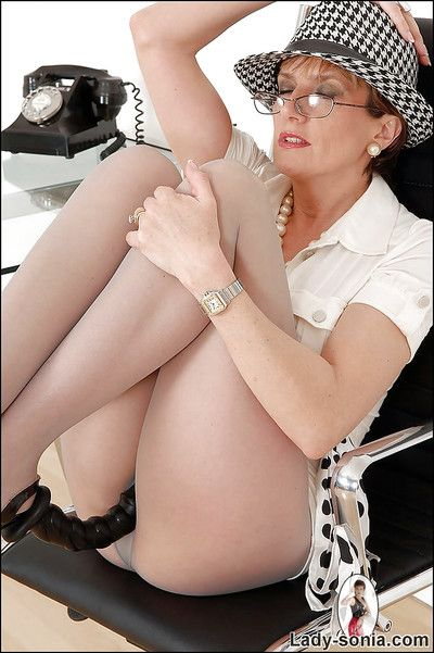 Mature fetish lady about nylon pantyhose effectuation give a blackguardly dildo