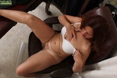 Busty mature Bobby Jackson shedding pantyhose and lingerie in the long run b for a long time undressing