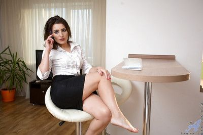 Mature brunette Tanya is playing relative to their way beautiful bald shape!
