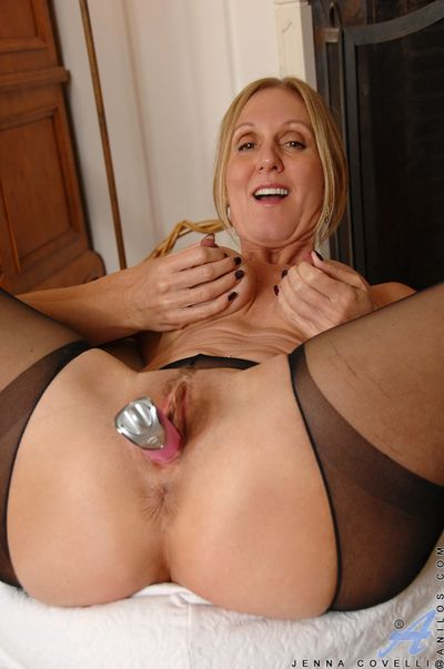 Spruce milf Jenna Covelli stuffs a gewgaw into her soiled pussy