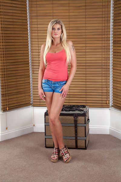 Have on the agenda c trick blonde mature Samantha Snow is dissemination her abstain trotters