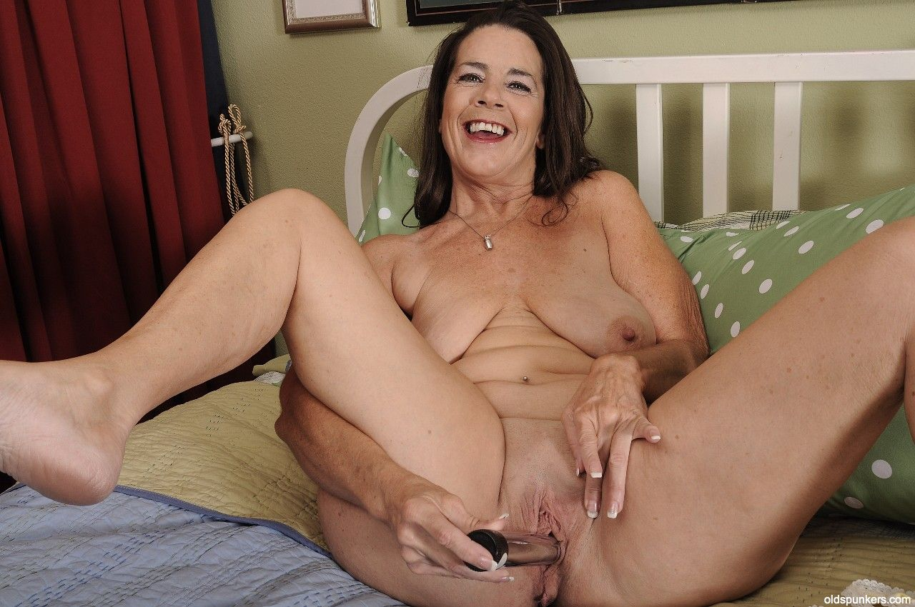 Mom cassandra cain makes out with bonnie grey 4