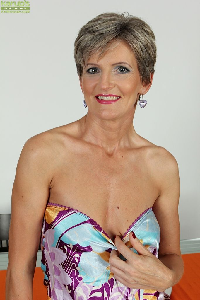 Middle-aged mature tolerant Melanie spreads her worn-out vagina