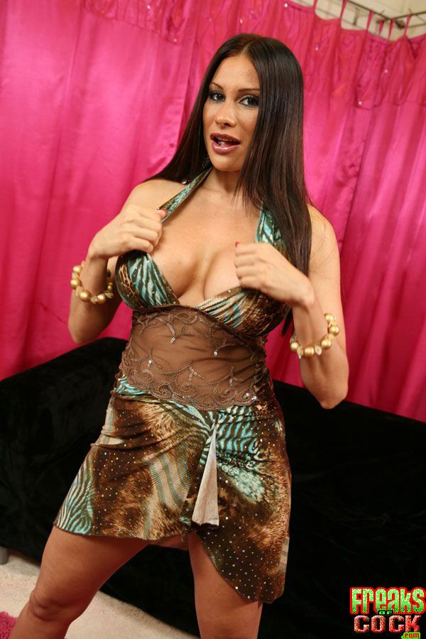 Grown up Latina babe Freulein Marie flowing the brush gung-ho twat