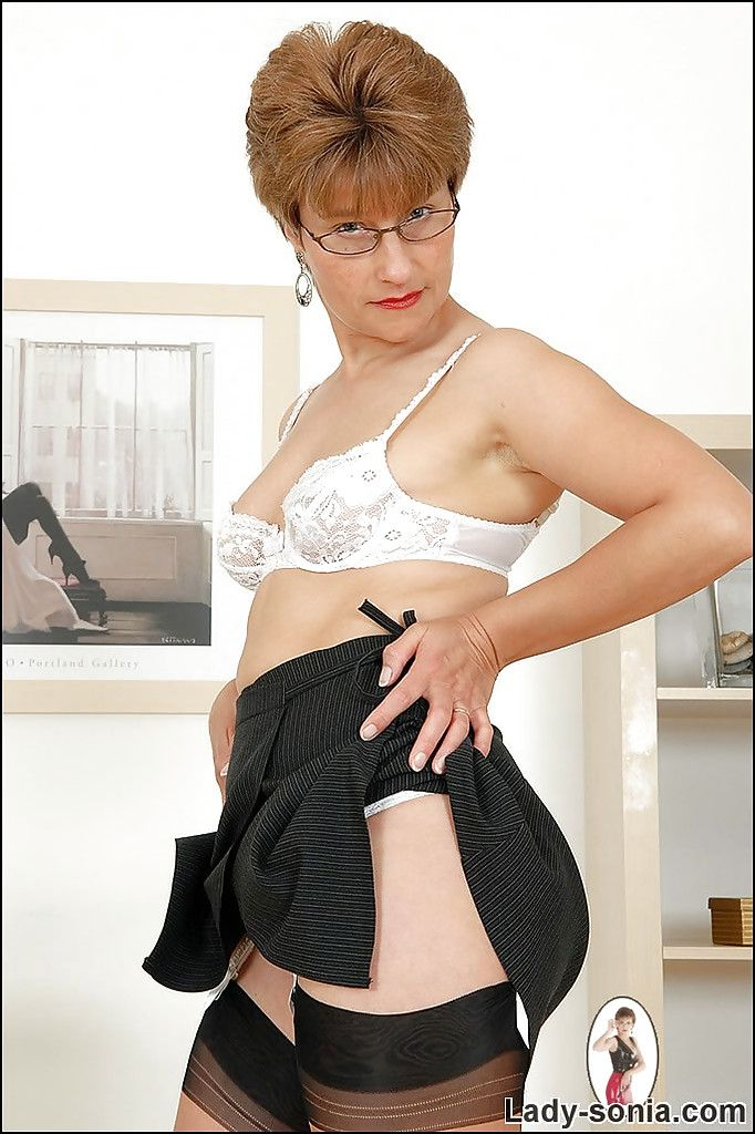 Stunning mature nipper wide glasses uniformly off her fuckable hobo