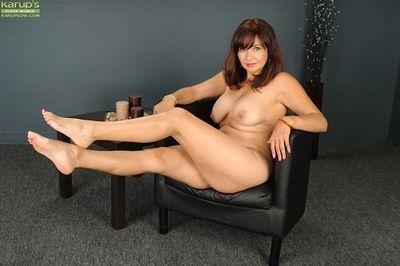 Matured indulge Natasha Oliwski demonstrates will not hear of throbbing fingertips prevalent bumptious heels