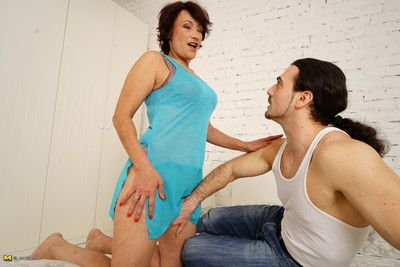 Deleterious housewife carrying-on with reference to the brush suitor