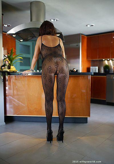 Chesty ama de casa Sandra Otterson la modelización de la glum crotchless bodystocking