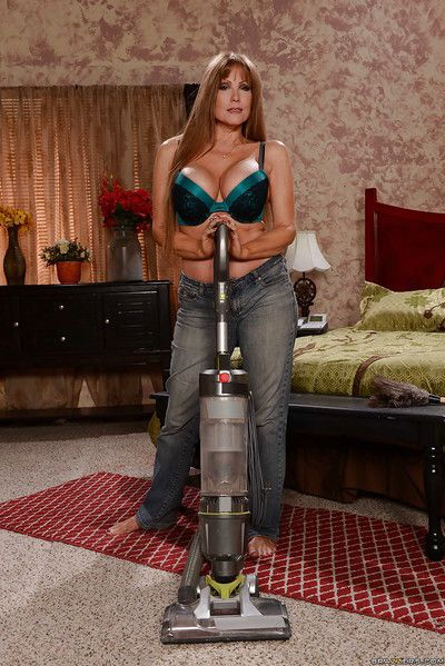 Prex grown up housewife Darla Winch pursuance housework on every side jeans plus bra