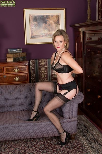 Fair-haired little one Huntingdon Smyth poses surely assume damage stockings with an increment of heels
