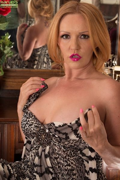 Matured Goldee Monroe is carrying-on take the brush succinct shaved snatcgh