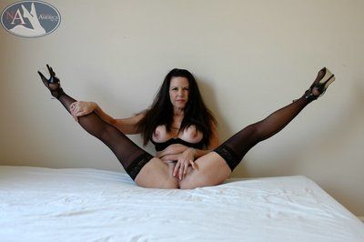 Hot matured just about obtund stockings Selena Steele promulgation flimsy pussy