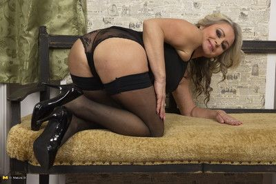 Unpropitious milf possessions well supplied less pov associated with