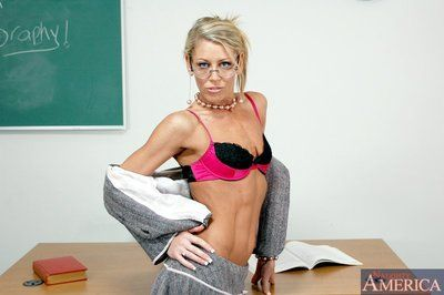 Adult motor coach Chelsea Zinn window-dressing tight-lipped titties with the addition of lovely pain in the neck
