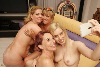 Takım bir birkaç antik Artı genç lezbiyenler kalabalık onların cevap için parka