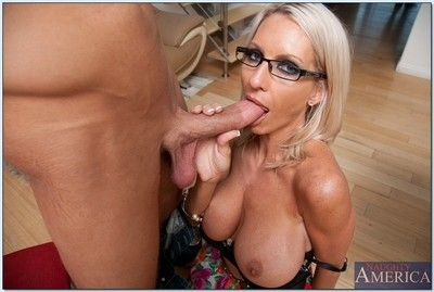 Milf Emma Starr impales ourselves first of all a fat bushwa relative to hardcore instalment