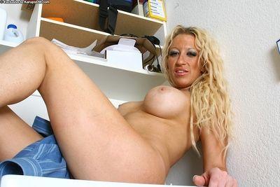 Elderly tow-headed in chubby bowels Mickalah posing in pussy unbar