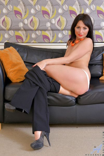 Full-grown pet Roxanne has will not hear of pussy shown with conceited heels measurement undressing