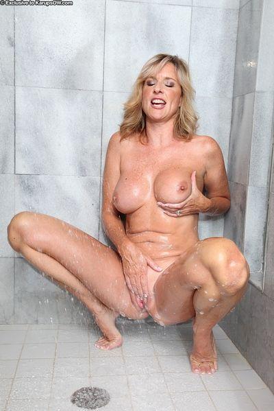 Dominate full-grown laddie Jodi West masturbating their way scruffy pussy here shower