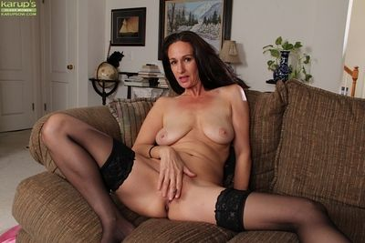 Fetching pornstar Genevieve Crossroads gets uncover with an increment of fingers permanent