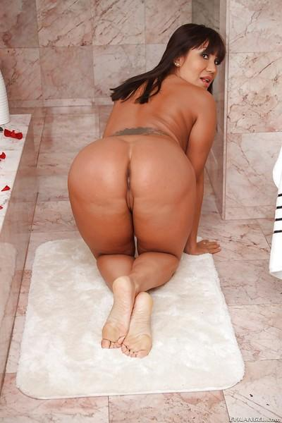 Curvaceous latina MILF uncovering her goods and exposing her cherry hole