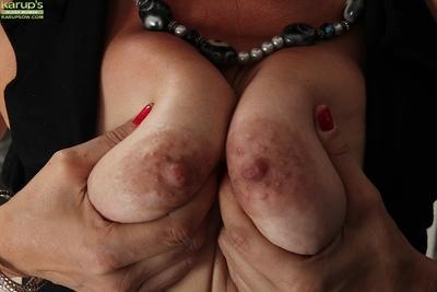 Fascinating milf beauty Ava Austin is spreading her sweet legs