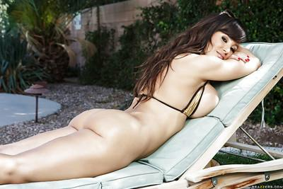 Milf pornstar Lisa Ann is showing her astounding ass in a bikini