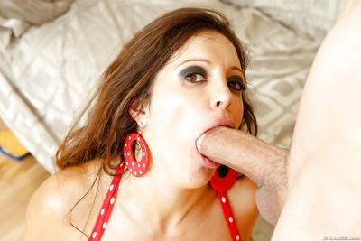 Dick-sucking Latina Francesca Le gives a good blowjob on her knees