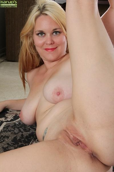 Blonde cougar babe with big tits Lindsay Jackson is showing her body