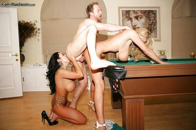 Kelly Madison takes part in an amazing amateur threesome scene