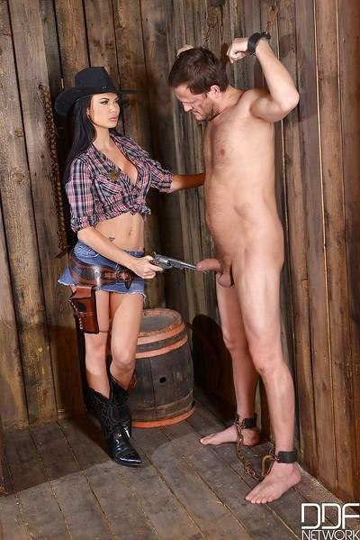 Euro fetish Queen Jasmine Jae masturbating in cowboy hat and boots