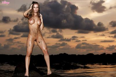 Nicole Aniston walks on the beach and boasts with her sexy humps