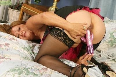 Stocking and garter clad MILF Bella Donna toying pussy while masturbating