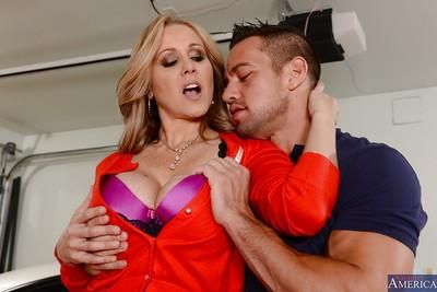 Close up fucking scene featuring a hot cougar milf Julia Ann