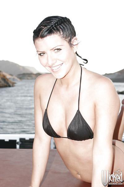 Smiley MILF Taryn Thomas sliping off her bikini and caressing herself